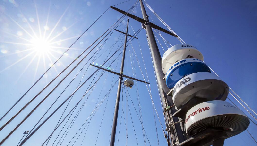 MONTERT: Vi monterte alle radarantennene på en stolpe som vi så monterte i masten.