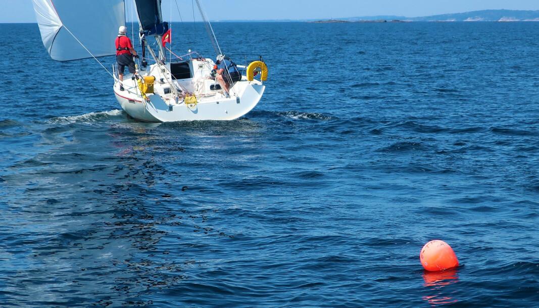FISKEREDSKAP: Det ligger mengder av bøyer, fendre og kanner i sjøen langs kysten.