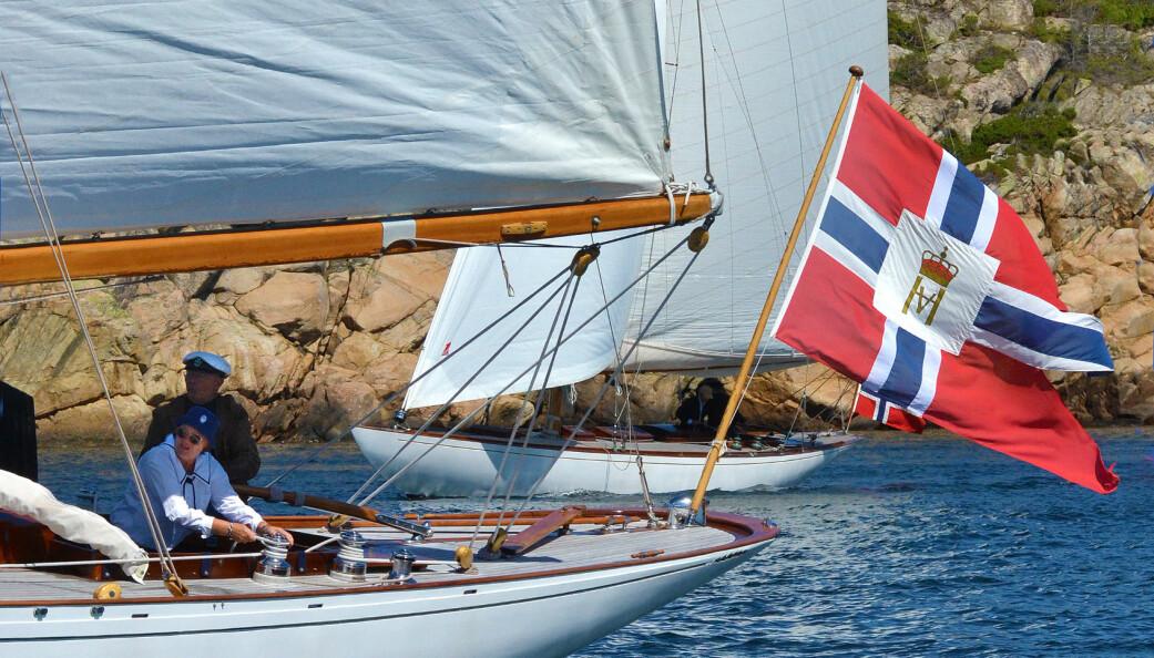KLASSIKERE: 10-meteren «If» og 9-meter «Tamara IX»i Hankøsund under regattaen rundt øya.