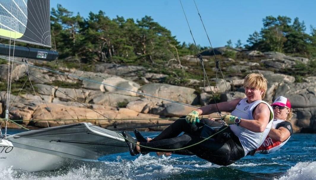 49er seilerne Tomas Mathisen og Jeppe Nilsen med et stor norsk lag i Kiel