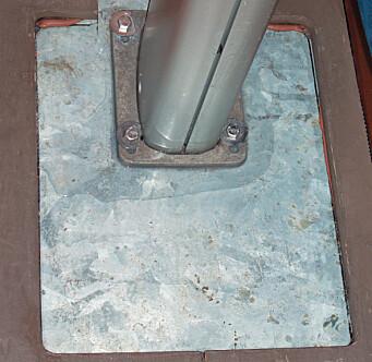 Mastefot. Her kan det med tid og stunder bli korrosjon om vann får anledning til å bli liggende.