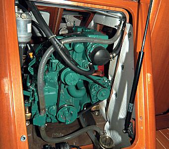 Jerngenua. Motoren har bare akkurat nok plass, men det er god tilgang aktenifra og på sidene.