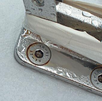 Rustfritt. Flere steder er det benyttet «rustfrie» skruer av A2-kvalitet. De holder ikke, det burde vært A4 (syrefast) rund baut.