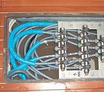 KRAN-SAMLING: Alle kranene er elegant samlet under dørken, men det er plundrete å gjøre rent mellom alle de stive ledningene.