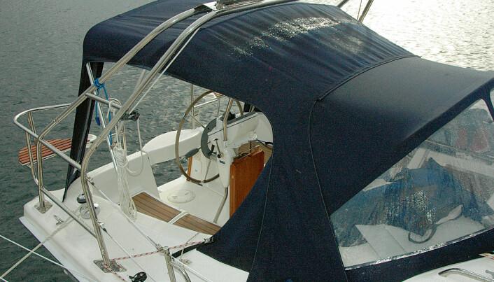 Hunter har mange nytenkende løsninger, slik som storseilskjøte på targabøyle. Vi fikk mye glede av cockpit-kalesjen i regnværet.