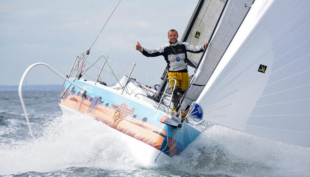 NATURLIG: Adrien Hardy seiler denne sesongen med en storseil hvor aramidfiber er erstattet med lin.S