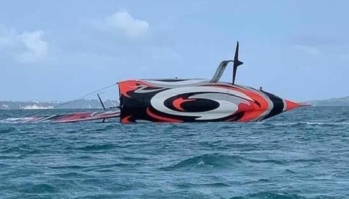KULLSEILT: 10. oktober gikk AC75 «Te Aihe» rundt i et vindkast på 25 knop.