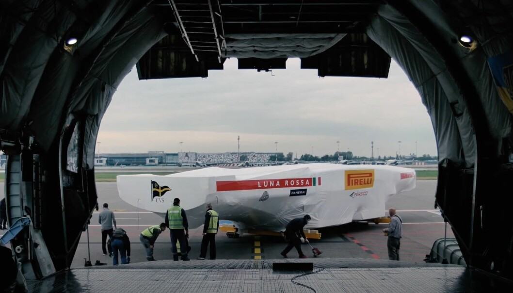 FRAKT: Nye båten til det italienske laget på vei til New Zealand.