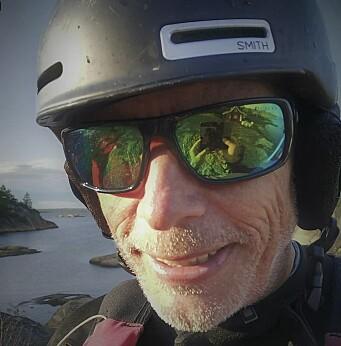 VERDESMESTER: Anders Føyen er til bake på brett med vinge. 63 åringen oppfordrer flere tidligere brettseilere å gjøre det samme.