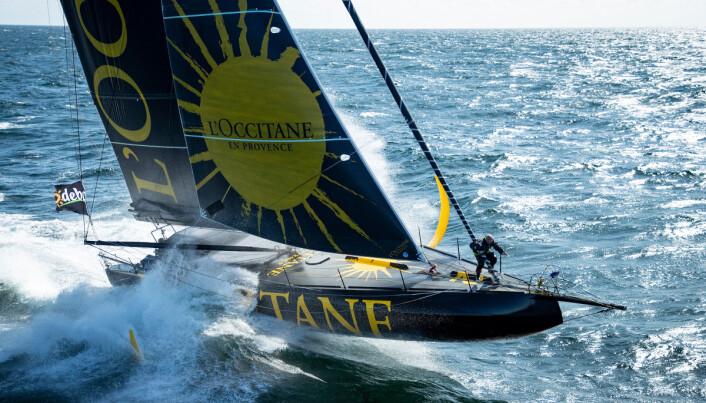 FOILER: «L'Occitane» er en av båtene med større foiler en de nye reglene tillater. Det blir heller ingen foiler på rorene.