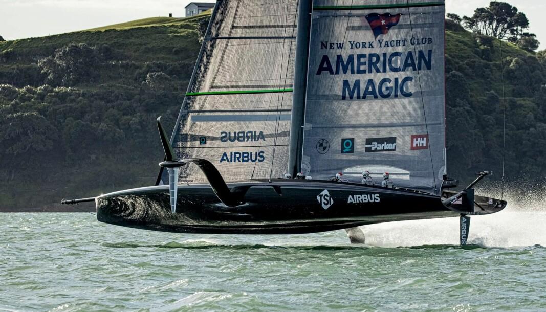 FØRST: American Magic fikk sin «Patriot» først av lagene på vannet. Båten er blitt mer lik «Luna Rossa».
