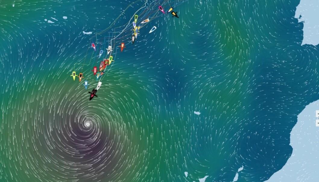 STORM: Alex Thomson i tet har kursen litt vest av øyet på den tropiske stormen.