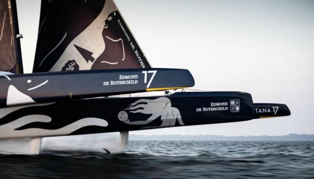 FLYR: «Maxi Edmond de Rothschild» har foiler, og skal være mye raskere enn «Idec Sport» som holder rekorden.