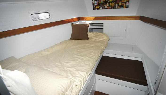 VINKLER: Båten har en veldig lys og ukomplisert layout under dekk. Her er det bare å ta frem malekosten hvis en vil pusse opp.