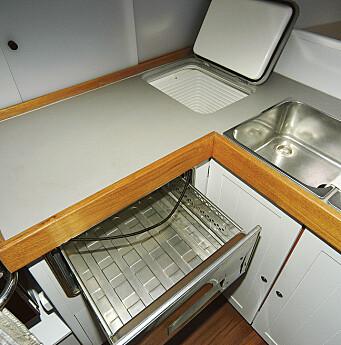SMART: To kjøleskuffer pluss en kjøleboks gir lett tilgang og god kapasitet i RM 1200.