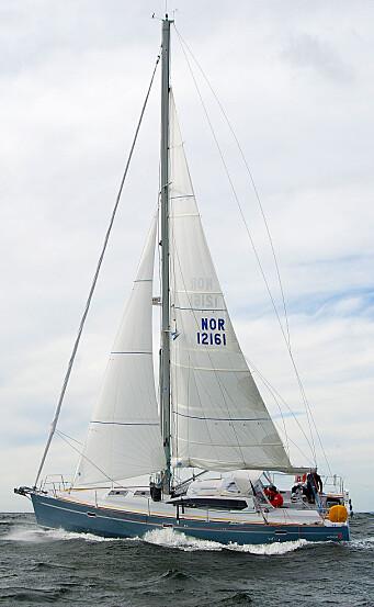 KUTTER: RM 1200 i mer vind med revet storseil og kutterfokk, klar for uvær.