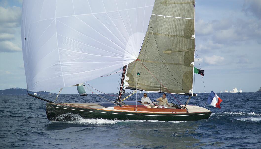 TOUFINO 9.5: Moderne design og «gamle» linjer gir en stiv og vakker båt. Toufino 9,5 stikker 2,2 meter med kjølen nede.