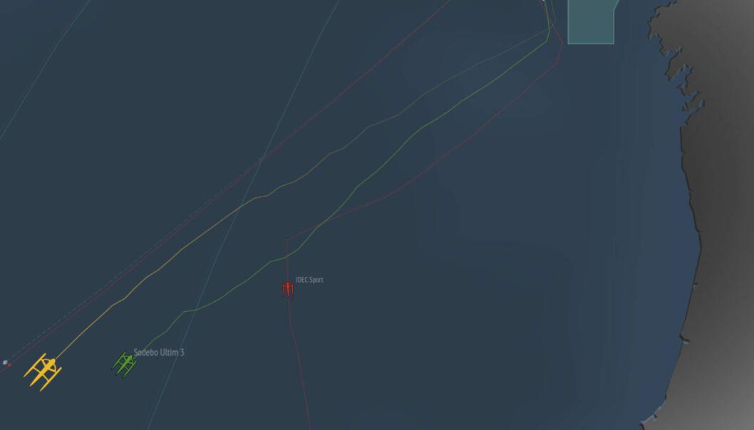 PLASSERING: «Sodebo» ligger bak, og lengre øst etter 24 timers seiling. Trimaranene befinner seg vest av Portugal.