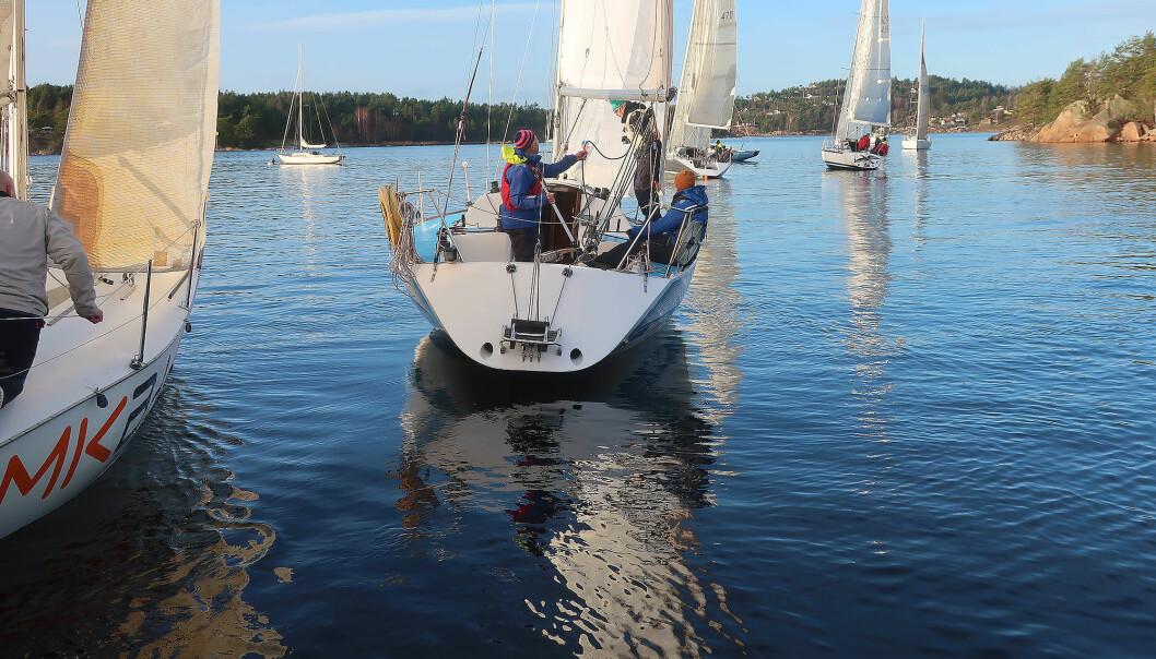 VINTERSEILING: Hver søndag det regatta med syv halvtonnere fra Grimsøy, og alle interesserte kan delta, så lenge forholdene tillater det.