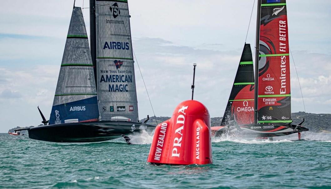 DUELL: Den amerikanske båten mot forsvareren Emirates team New Zealand
