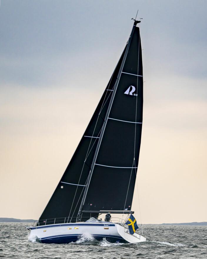 KARBON: Hallberg-Rassy blir stadig sprekere. Den nye 50-foteren har karbonmast og sorte seil.