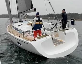 HÅNDTERING: Båten blir tilrettelagt for at rormannen skal kunne trimme seilene.