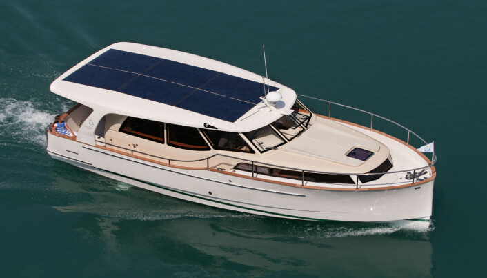 SOLCELLER: Båten høster energi fra solo, energi som tilfører båten ekstra strøm når det er sol.