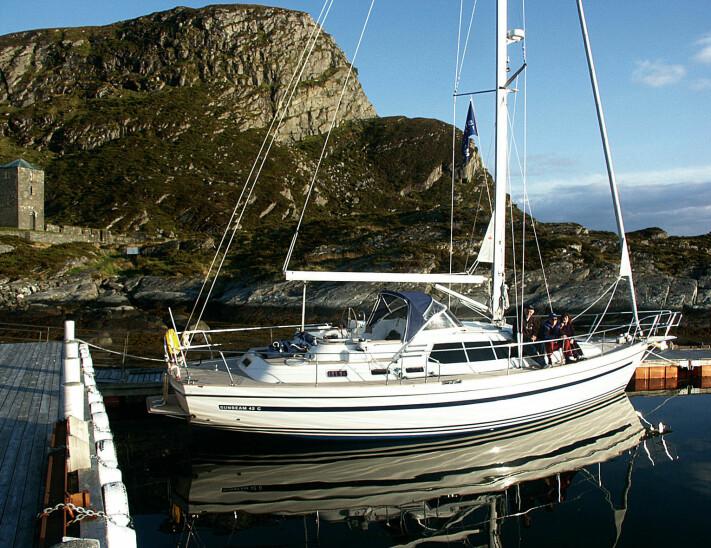 VESTLANDET: Båten ble testet rundt Stad, men ikke med forhold som satte båten på prøve.Her ligger vi på Selje.