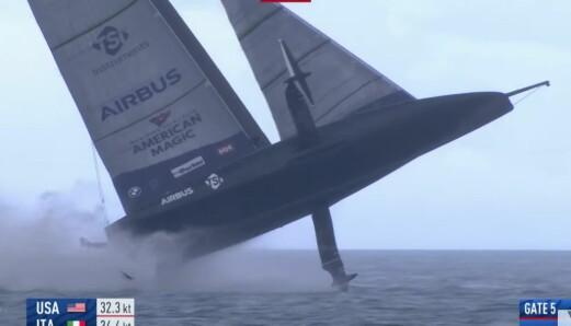 LØFT: Den 75-fots lange båten traff vannet hardt etter en flyvetur.