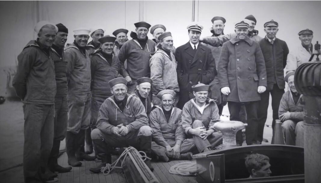 NORWEGIAN STEAM: Norske seilere som deltok i The America's Cup over en 50-års periode ble kalt for The Norwegian Steam. På Tysnes hvor mange av dem kom fra, kalles de jåttseglarar. Helt til høyre av de fire foran er Ole Thomsen, og nummer seks fra venstre i bakre rekke er Ole Dalland.