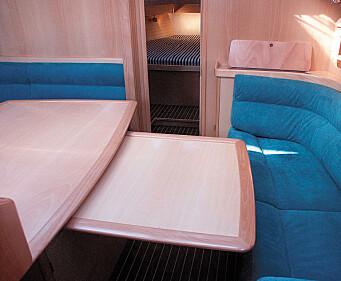 Bordplaten kan trekkes ut og gi spiseplass til åtte.
