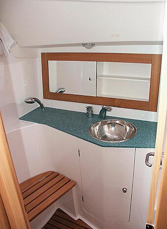 På hovedtoilettet kan du sitte og dusje. Trygt når båten hiver på seg.