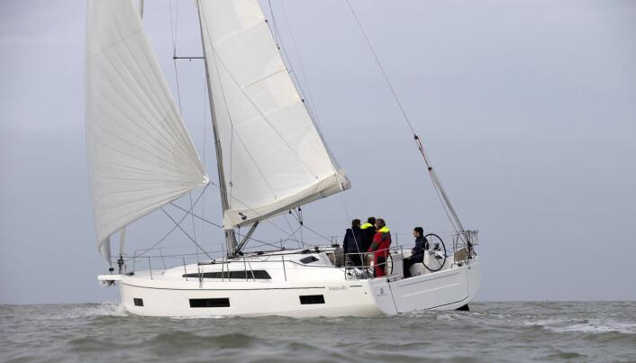 FRANSK ALTERNATIV: Beneteau har lånt skrogformen til Jeanneau og utviklet en ny 40-foter. Båten kan leveres med fire lugarer og to bad, men koster litt mer enn sine konkurrenter.