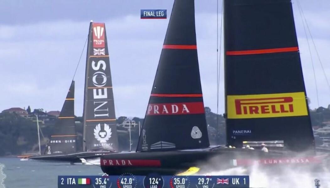 INEOS Team UK krysser foran med babords halser og vinner