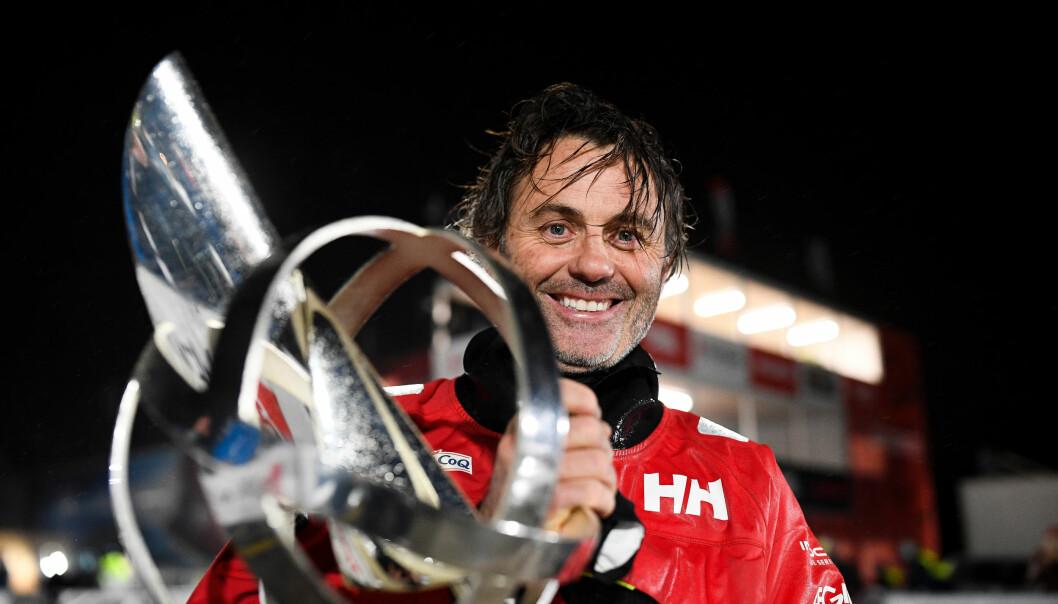 VINNER: Yannick Bestaven kom som tredje båt i mål i natt, men vant fordi han hjalp til med en redningsaksjon.