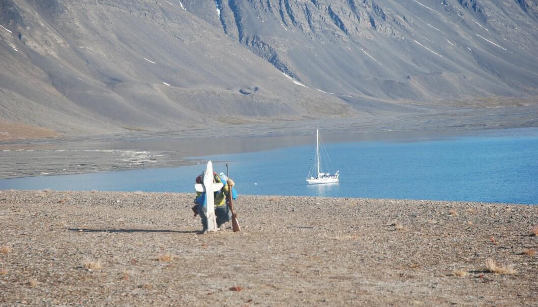 """SVALBARD: Lagunen i Mushavna er godt beskyttet. På høyden rett ovenfor står et kors med teksten """"Mans Head""""."""