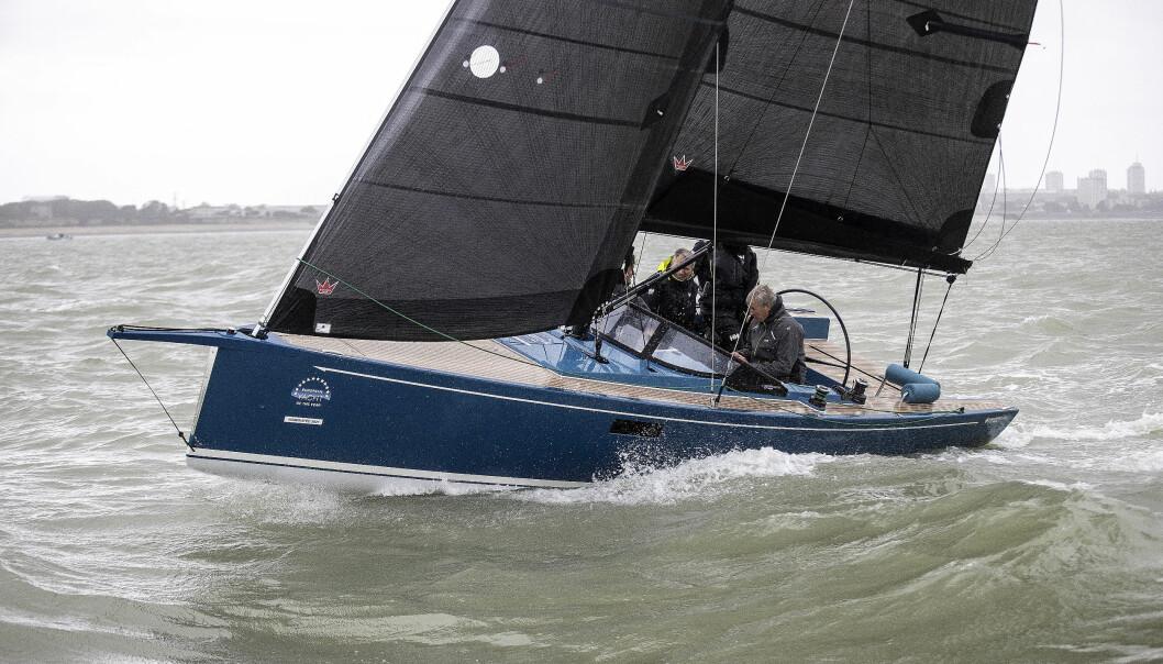 KRYSS: Gode seil, karbonmast og et godt bygget skrog gir en herlig opplevelse. Båten er en drøm på kryss.