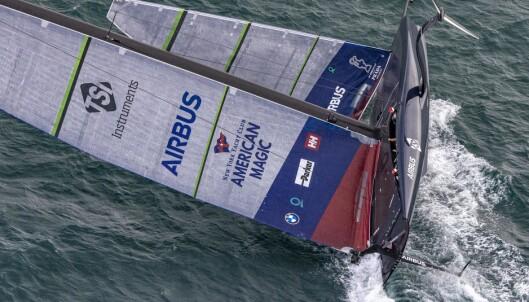 KULLSEILING: Da båten la seg over, havnet mannskapet i le under storseilet.