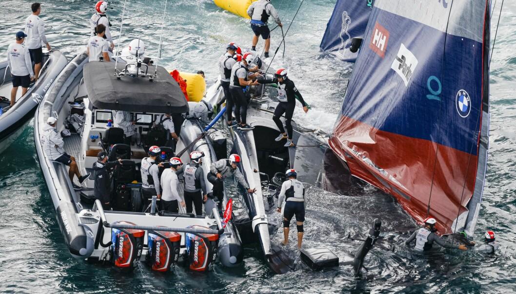 SYNKER: Den 75-fots lange regattabåten var nær ved å synke etter kullseilingen.