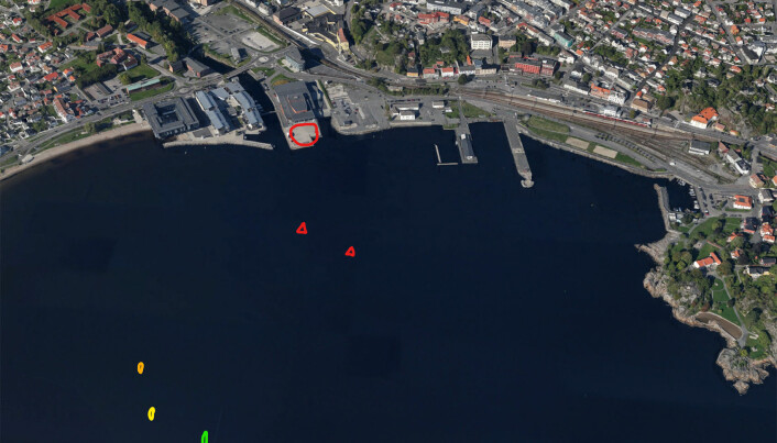 TETT PÅ: Regattabanen i Larvik går sentralt i havnebassenget med Sanden brygge som utgangspunkt.