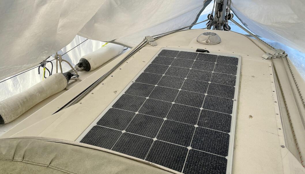 LADER: Solcellepanelet gir litt strøm til batteriene, selv om det ligger under presenning, og sola er lav.