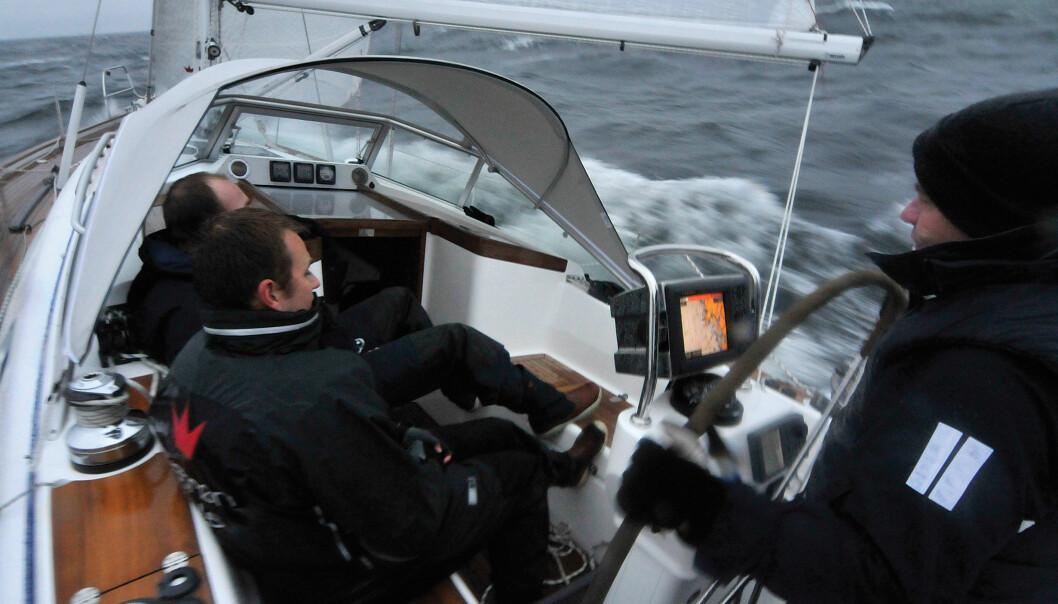 RASK: Seilegenskapene imponerer. Her i rom slør mot Väderöarna. Cockpiten er smal nok til et godt fraspark fra le benk.