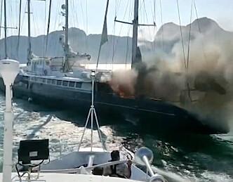 Historisk yacht tatt av flammer