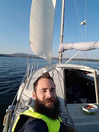 Kevin Hansen har valgt å bo i en Albin Viggen, og kåserer her om livet som båtboer.