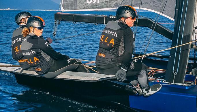LITE VIND: De første treningsdagene bød på lite vind, men det var greit nok for å bli kjent med båten.