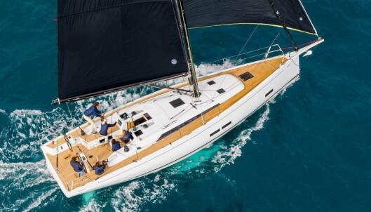 """<span class="""" font-weight-bold"""" data-lab-font_weight_desktop=""""font-weight-bold"""">Regattabåt fra Grand Soleil </span>Grand Soleil har hentet designeren Metteao Polli og fått den sukessfulle tryllekunstneren til å utvikle en ny 44-foter sammen med Nauta Design. Polli er kjent for å skape båter som presterer under ORC. Grand Soleil har utviklet en båt som kan beskrives som elegant og konservativ. Båten kommer i regatta- eller turversjon, og får dekksutrustning deretter. Masten er plassert lengre bak enn vanlig. Det gir et større seilareal foran masten, en fordel spesielt med selvslående fokk."""