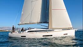 """<span class="""" font-weight-bold"""" data-lab-font_weight_desktop=""""font-weight-bold"""">Salona er tilbake med en ny 46-foter</span> Salona 46 konstruert av J&amp;J er blitt en konservativ båt med linjer inspirert av italiensk design. Med en pris som starter på et nivå bare litt over markedets prisledende båter, er denne båten interessant. Båten er bygget med stålramme som X-Yachts, og har en vakuumstøpt skrog, og er derfor kvalitesmessig sammenligbar med dyrere båter. Salona har også erfaring med elektriske løsninger, og 46 foteren kan leveres med elmotor, hybrid eller klassisk diesel."""