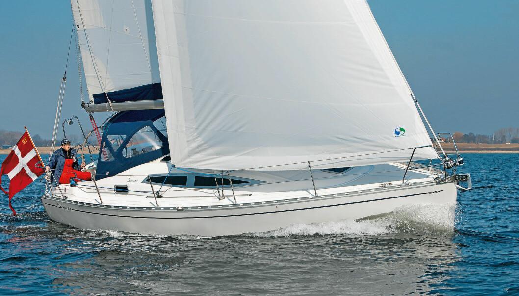 TURSEILER: Delphia 33 er en turbåt med en turbåts egenskaper. Det betyr at den seiler jevnt godt uten verken eksepsjonelt god høyde eller fart; den er kort og godt en seilbåt med seilegenskaper på det jevne.