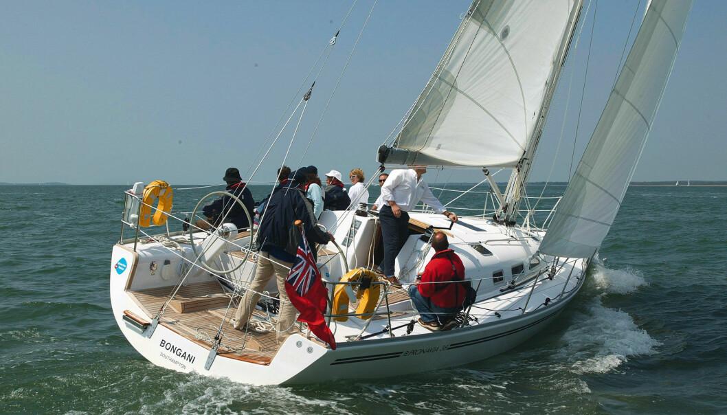 COCKPITEN: Pronavia 38 har en typisk racingcockpit. Det er en effektiv og godt planlagt arbeidsplass, men kanskje ikke turseilerens drøm. Pronavia 38 ble prøveseilt i The Solent. Det er en harmonisk og svært velseilende båt som også tar seg godt ut på sjøen.