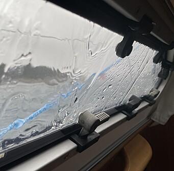 VÆR: Deilig med et varmeapparat som fungerer når det er 8 grader ute, og regnet bøtter ned.